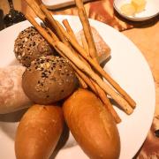 Dĩa bánh mì khai vị miễn phí