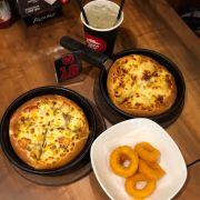 2 pizza size nhỏ + khoanh mực chiên giòn