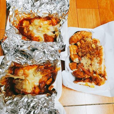gà phô mai và bánh mì nướng muối ớt