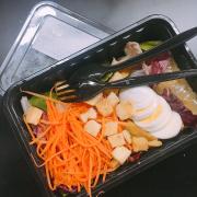 Mini salad, ăn vừa đủ, sốt rất ngon. Rau tươi và sạch. Phải nói là rất cảm ơn quán vì đã khiến cho việc ăn salad thú vị hơn rất nhiều 💜