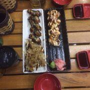 Đĩa trái: lươn nướng, takoyaki. Đĩa phải: cá hồi nướng.
