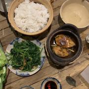 Quán trang trí đẹp , món ăn rất ngon ! Mình ăn cá hấp và cơm cá kho ! Tất cả nguyên liệu đều rất tươi và ngon ! Không có điểm nào chê ! Nhận xét chung : rất hài lòng ! Giá cả mặt bằng với chất lượng thì giá như vậy là đúng rồi ạ hihi