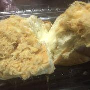 Bình thường hay ghé mua bánh mì phô mai vẫn chất lượng nhưng hôm nay order ship thì nhân phô mai k đc nhiều như trước, k còn thơm mùi sữa như trước nữa :(. Vỏ bánh cũng bị dai chứ k còn mềm như trước nữa.