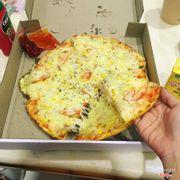 Pizza cá ngừ ảnh khách chụp gửi cho mình nhá thêm 50k phomai 🤣🤣 khách nghiện luôn ý 😍😍 pizza size M 155k + 50k phomai nứa . Ăn quên sầu lun 😍😍🤪