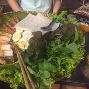 Phần đặc biệt với nem, bánh hỏi và chả cá
