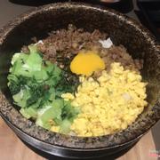 Cơm trộn bị khét nên khi trộn lên phải lựa bỏ phần khét mới ăn được