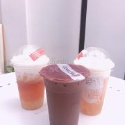 Ở giữa là Trà sữa socola, bên trái là Trà bí đao gongcha, bên phải là Trà xanh gongcha.