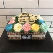 Hôm qua mình có ghé Dallas mua ổ bánh kem bắp, trên trang trí bông hồng đủ màu cho em gái mình. Mình rất ưng kiểu trang trí này, vừa trang nhã và sang trọng. Còn lớp bánh ở dưới thì khỏi chê rồi, ngon số một luôn nha mọi người.