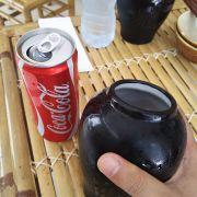 Nước không uống bằng ly mà uống bằng cái chum nhỏ, khá đặc biệt dù cảm giác là đang uống bằng bình hoa :))