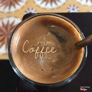 Nghe nói là dùng cafe hạt Cầu Đất, cùng nguồn với cafe starbuck nên tò mò uống thử, trước tiên là thấy đẹp đẹp hay hay tại pha bằng máy, ngửi thì thơm, uống khá đậm đà.