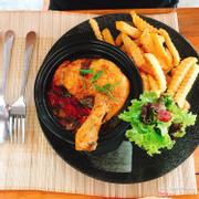 Đùi gà nấu nồi đất kèm ớt đà lạt hành tây, ớt xanh, giăm bông. Gà thấm gia vị đều, thịt mềm và ko quá ngấy, rất thơm, ăn kèm salad đi kèm thì tuyệt vời
