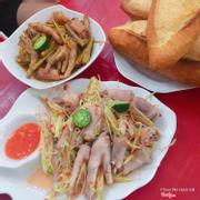 Chân gà chua cay thấm, cay, rất vừa ăn. Đặc sản của qán là chân gà xào, xương mềm, thấm vị. Nước xào chấm với bánh mì nóng là tuyệt vời ✌️✌️✌️