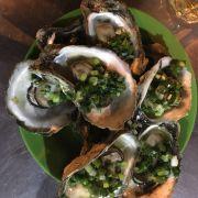 Hàu nướng mỡ hành, k có nhiều topping như ở Hà Nội (hành khô, lạc...) nhưng ăn cũng ngon