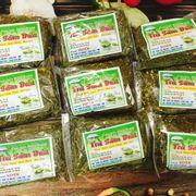 ❗️ Trà sâm dứa là gì? Trà sâm dứa đặc biệt là trà sâm dứa ở Đà Nẵng là loại trà thơm ngon, tinh khiết, tươi mát, tuyệt vời, chất lượng cao được sản xuất từ những búp trà non chất lượng tạo nên một loại thức uống có hương vị đặc trưng và mùi thơm thơm dễ chịu của lá dứa. Ngoài ra trà sâm dứa được coi là đặc sản nổi tiếng Đà Nẵng.   ✔️ Tác dụng của trà sâm dứa Đà Nẵng Là một loại thần dược rất linh nghiệm, phòng chống các bệnh nan y cực tốt. Bảo vệ sức khỏe bạn. Giúp đường ruột tiêu hóa tốt sau bữa ăn Cải thiện làn da, chống lão hóa. Giúp thanh nhiệt, giải độc. Giảm cân hiệu quả, chống mắc bệnh béo phì. Có thể ngăn ngừa căn bệnh ung thư.  Làm giảm lượng Cholesterol trong máu.  ❗️ Hàng có sẵn  📞 0962.706.309