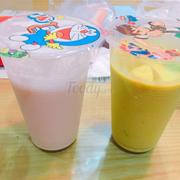Sinh tố dừa non (bên trái), sinh tố bơ (bên phải)
