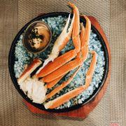 Cua thì bạn mình ăn( mình ko hảo cua cho lắm 😎), mà trang trí lớp muối quá đẹp.