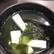 Soup rong biển, đậu hủ non để riêng 1 bát, ăn thì bỏ vào cũng rong biển, vị nhạt