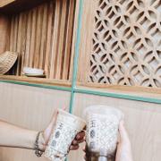 ✔️Trà sữa trà xanh thạch đường nâu 41k (M) Trà Oolong latte 55k (M + trân châu trong) 🗯Đây là quán trà sữa áp dụng phục vụ cả trà sữa lẫn những món ăn truyền thống ở Đài Loan. Bước vào, không gian quán rộng rãi, nhân viên nhiệt tình, chu đáo. Đồ uống 40-59k/cốc, topping 10-18k. Trà sữa trà xanh thạch đường nâu, trà sữa trà xanh thơm, có vị trà và phang phảng chút đường nâu; thạch đường nâu mềm, ngon, lịm; uống ở mức 30-100 đường-đá là vừa. Trà Oolong latte, không thơm mùi trà, quá ngọt nên uống ở mức 50-50 đường-đá; trân châu trong không khác gì trân châu đen ở những quán bình thường. Mình đọc mấy review khác và gợi ý khi đến đây nên gọi: Trà sữa sun moon thạch đường nâu 70-50 đường-đá   Trà táo sun moon trân châu trắng 70 đường   Trà sữa trân châu nghệ nhân 50-30 đường-đá. Ngoài ra quán còn có mì, cơm và một số loại snack như gà popcorn, bánh hành,...rất đa dạng.