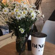 Socola nóng bên hoa mi trắng