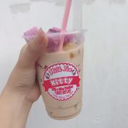 Trà Sữa Truyền Thống của Kitty 🍸 đảm bảo ngon cực kì . Vị trà lạ thêm vị béo của sữa và tất cả topping nhà làm . Giá quá rẻ sẽ không làm bạn thất vọng 😍