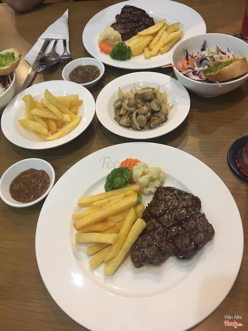 Thịt bò mềm nướng với khoai tây chiên và sốt nấm + nấm xào + salad + khoai tây chiên thêm