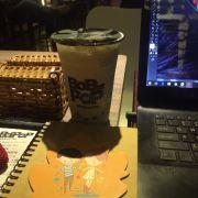 Mình ghé bbp Lê Văn Việt vào buổi tối thứ 7... theo thường lệ cứ tưởng tối thứ 7 sẽ đông nhưng không hề....Quán bật nhạc kiểu max vol, nhân viên trêu đồ nói chuyện còn to hơn tiếng nhạc... Mình order trà sữa trà xanh trân châu trắng, tần này thì uống cũng ổn... cho 8d