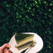 Bánh rất thơm vị matcha, kem cream cheese béo ngậy. Được em nhân viên tư vấn cho ăn bánh kèm với set trà hoa cúc long nhãn thấy rất thơm. Nhân viên nhiệt tình và chu đáo 👍🏼😉
