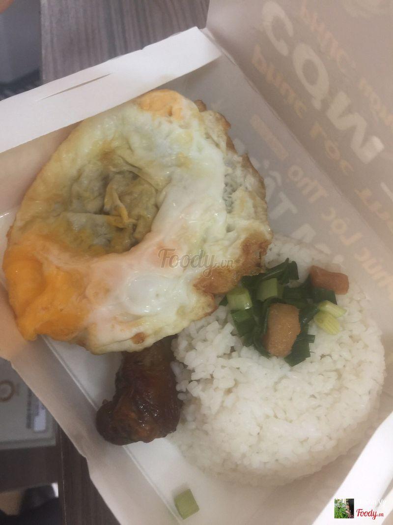 Cơm gà ngũ vị + ốp la