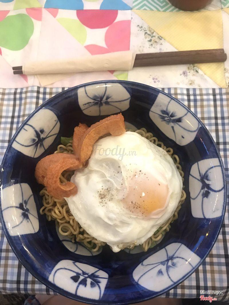Mì trộn trứng ốp la