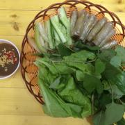 Chả Giò Cá ăn kèm rau tươi - xà lách + rau thơm, chấm cùng tương đen.