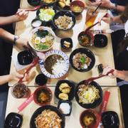 Bàn ăn siêu hoành tráng của nhóm 6 người bọn tớ. Các món đều ngon.