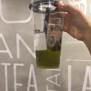 Mình ghé quán vào một buổi chiều mưa . Quán khá vắng . Mình uống trà xanh kiwi . Đồ uống khá ngon , không gian rộng rãi khá sạch sẽ , nhân viên rất lịch sự , bảo vệ ở đây rất thân thiên . Mình sẽ ghé lại .