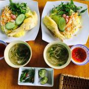 Món cơm gà đất Phú này   có vị rất riêng, không giống cơm gà Tam Kỳ, hay cơm gà Phan Rang. Món này có nhiều rau ăn kèm, như giá chua, hành nén, kết hợp với thịt gà ta thả vườn, ngọt béo, rất đậm vị.