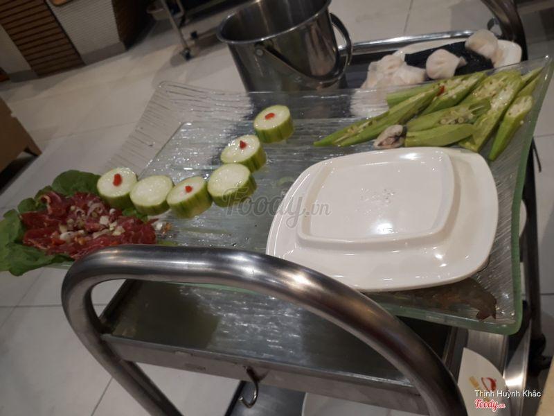 Dĩa còn lại của set: thịt bò, đậu bắp, mướp, há cảo và tôm.
