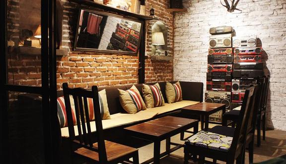 Tháng 10 Coffee & Lounge