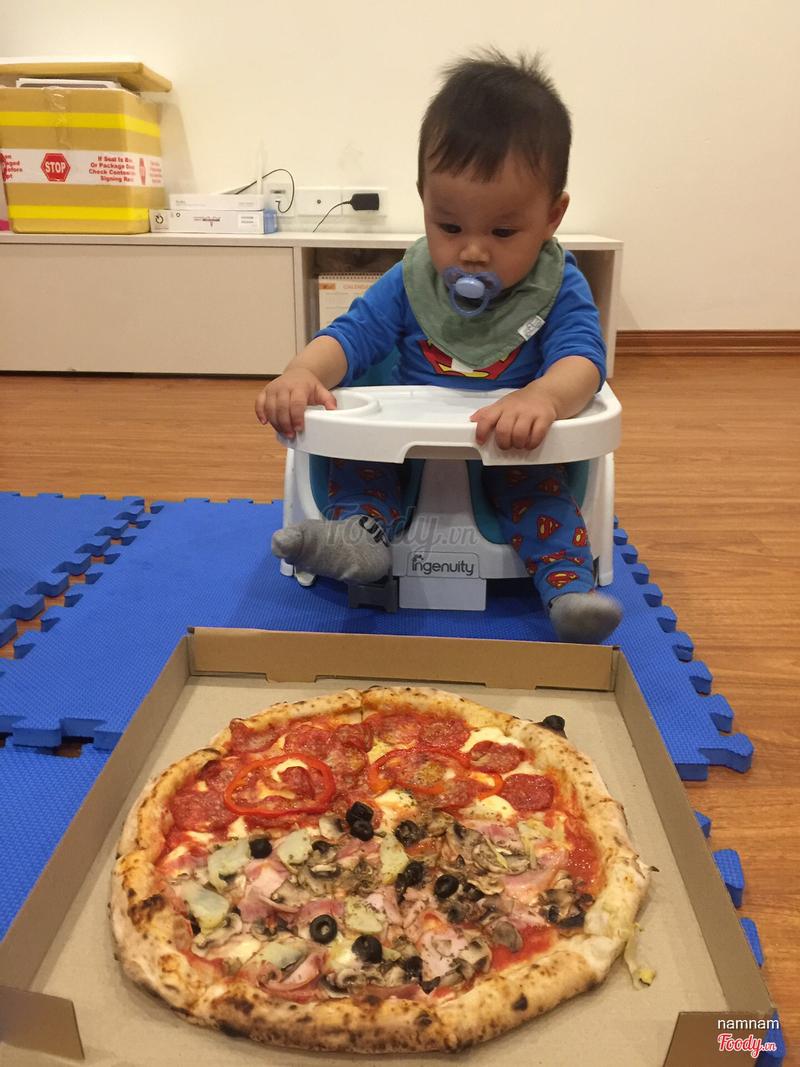 Piza salami cay, và nửa còn lại là nấm, vài loại rau và ham