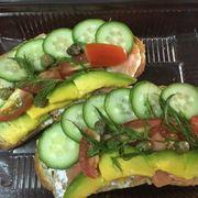 Smoke salmon và 2 lát bánh mì đen