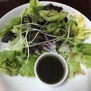 Salad đi kèm với phần bánh mì smoke salmon