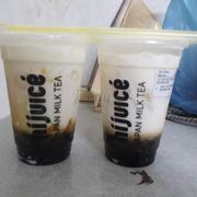 Đây là trà sữa với sữa tươi trân châu đường đen. Thật ko phân biệt được đâu là trà sữa đâu là sữa tươi. Ly tặng kèm bằng size