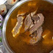 Lẩu bò thập cẩm  Gân , nạm , khoanh giò , móng ăn kèm mì rau , nước chấm