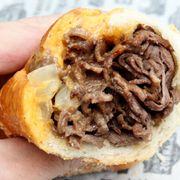 Cheesesteak ( Phô mai nướng Thịt bò Mỹ) với vị thơm ngon của Phô mai hảo hạng và Thịt bò mềm và ngọt từ nước Mỹ xa xôi