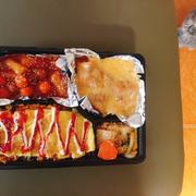 Online đồ Hàn của chị thì nổi tiếng rồi. Mình gọi set đồ ăn nhiều quá nên ăn ko hết 🤣🤣🤣 Ship hàng nhanh, chị chủ siêu chiều khách. Set hộp này mix đồ theo yêu cầu của mình, gồm: cơm trộn, gà cay phô mai, tokbokki. Tokbokki mềm, thấm vị (mình ăn nhiều chỗ tok hay bị lạt ở giữa nhưng tok này vị rất thấm), viên trong tok cũng ngon nữa huhu. Cơm trộn ngon, vừa miệng, nhiều gà, kim chi bla bla, miếng trứng rán đẹp, ngon 🤣 gà cay phô mai thì phô mai nhiều, tràn. Gà mềm đượm vị mỗi tội chưa đủ cay. Kim chi ăn kèm thì mình thấy hơi sượng chắc do muối chưa đủ thời gian. Giá cả hơi cao hơn chỗ khác nhưng chất lượng rất tốt. Ăn cũng vài lần và càng ngày càng ngon, đẹp hơn. Chúc chị buôn may bán đắt