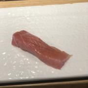 Mỗi lần họ sẽ làm 1 miếng nhỏ như này, ăn bẰng tay để cảm nhận độ tươi của cá nhé