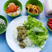 1 phần cơm, gọi 2 món ăn cho đã :cà tím kho ,cà chua nhồi thịt và mực xào sa tế