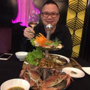 Ăn tối với bạn. Order một tháp hải sản, vị rất ngon và tươi sống. Ấn tượng nhất là tủ rượu. 👍👍👍👍