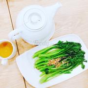 Món này ăn khá bình thường cải ngọt luộc vs dầu và rưới nước tương lên thui. Ăn khá dai, chắc mình ăn trúng rau già huhu