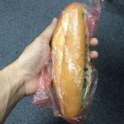 Bánh mì 22k to đến mức kinh ngạc. Mình cắn 2 phát là hết:)