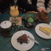 Earl grey latte - pineapple + mango smoothie + kumquat tea + chocolate mousse và NY cheesecake