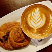 Croissant nho và Latte thơm đậm đà