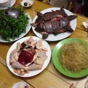 babaa và gà ăn cùng lẩu